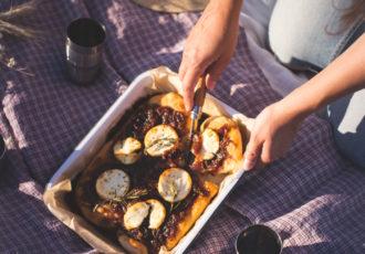 pizza rustique au confit d'oignons rouges, chèvre & romarin - Lauret Ophelie-14