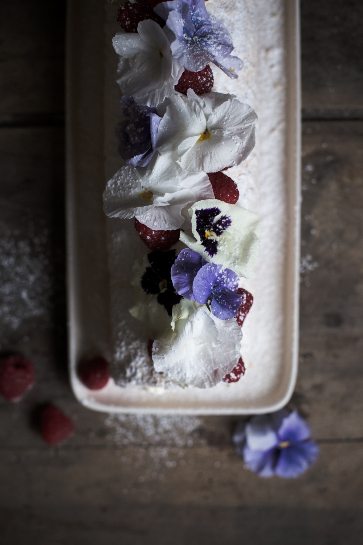 Pavlova roulée aux framboises & fleurs - Romance 3.0 - Ophelie's Kitchen Book - Ophelie Lauret-10