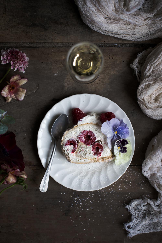 Pavlova roulée aux framboises & fleurs - Romance 3.0 - Ophelie's Kitchen Book - Ophelie Lauret-15