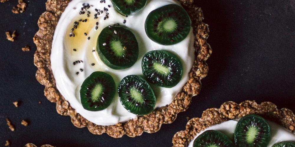 Tartelette de granola, yaourt grec & baby kiwi nergi - Ophelie's Kitchen Book
