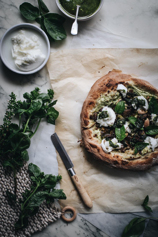 Pizza à la viande, pesto & fromage frais