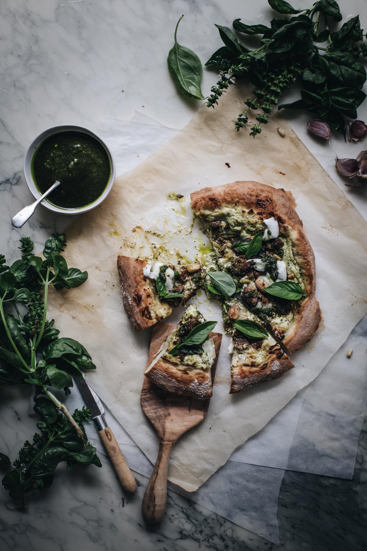 Pizza à l'agneau, pesto au basilic & fromage frais